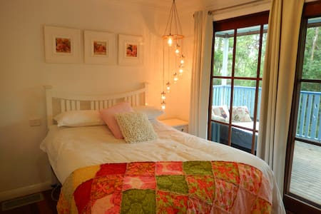 The Romantic Room in the Treehouse - Cooranbong - Bed & Breakfast