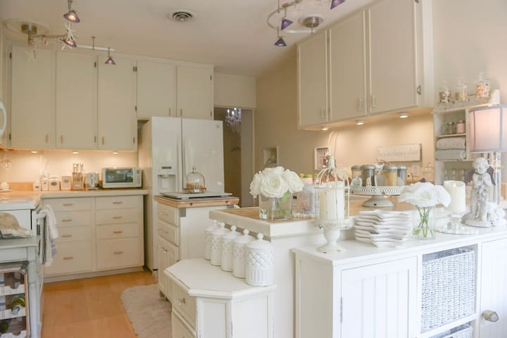 A simple and serene kitchen soothes the nerves.