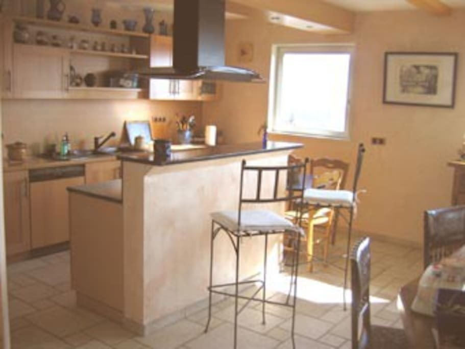 Une cuisine fonctionnelle et équipée ouverte sur le salon