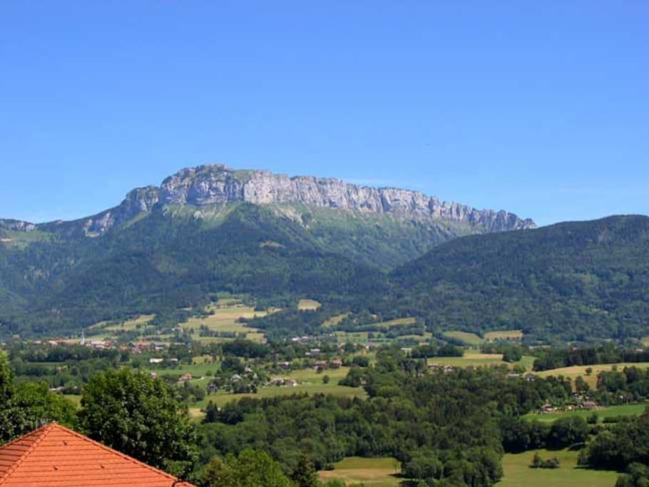 Vue dégagée et magnifique sur les montagnes aux alentours