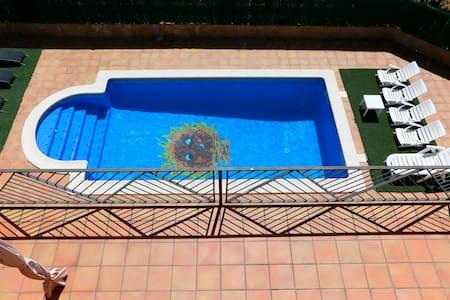 Espectacular villa con piscina y vistas al mar - Tordera
