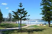 15 minute stroll along a walkway to Dee Why beach and restaurants