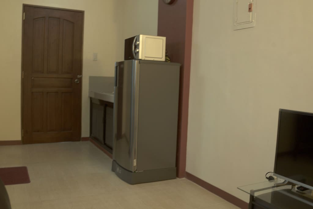 Refrigerator, microwave oven and water heater are provided. Complementary tea and coffee are available.