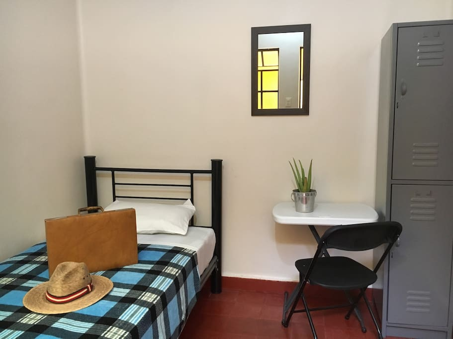 Habitación individual. This is one of our single rooms.