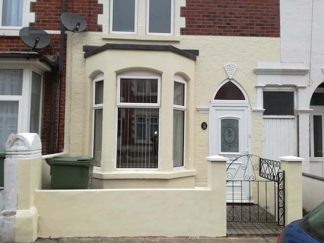 Clean, tidy, single bedroom ideally located .