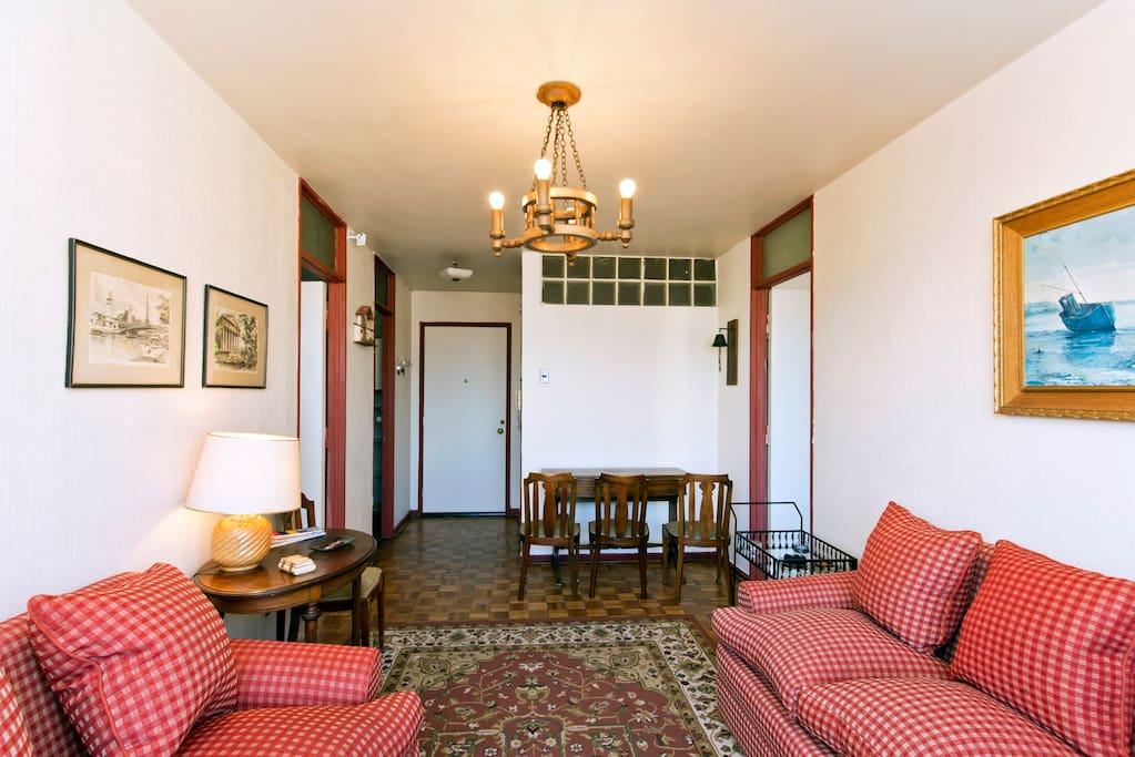Sala de estar, comedor y entrada principal