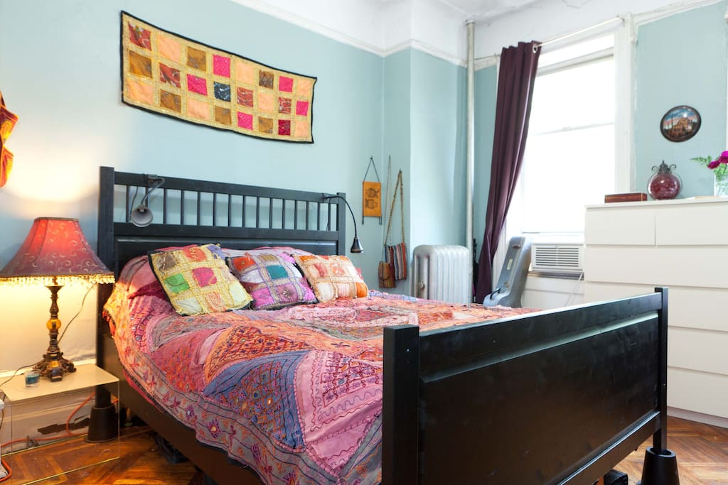 Private bedroom: queen bed (like sleeping in God's hand) and air conditioning.