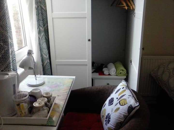 Room for 1/2. Walking distance to Ashford InterL.