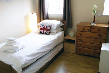 Single/Twin Room nr City Center + Breakfast & Bike - Bed & Breakfast