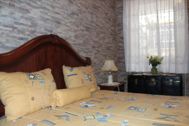 Quarto marcela - alojamento Local - Casa dos avós - Alcoutim - บ้าน