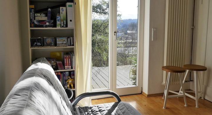 Grünes Zuhause mit Terrasse und Aussicht am Neckar