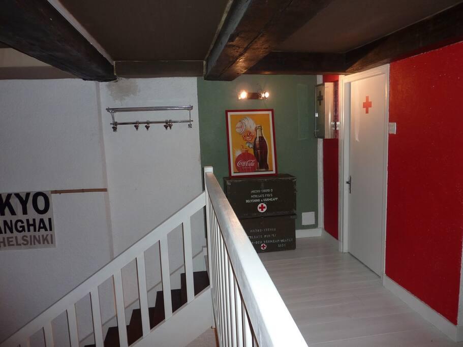 Couloir mezzanine donnant sur la salle de bain et la chambre avec rangements