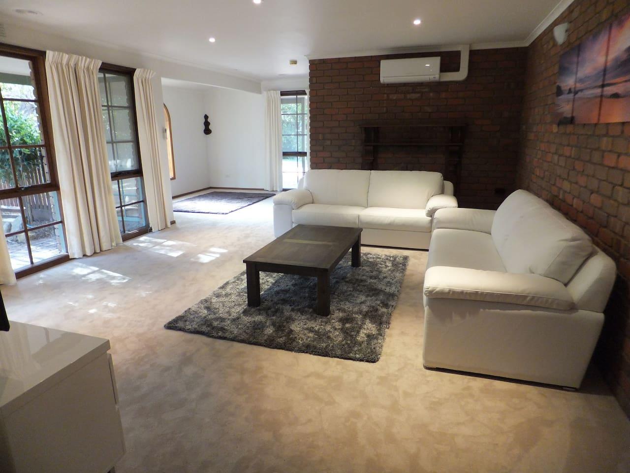 Lounge - air con, TV, bluray player