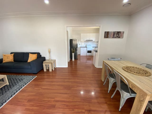 Renovated cottage minutes from Redhead Beach