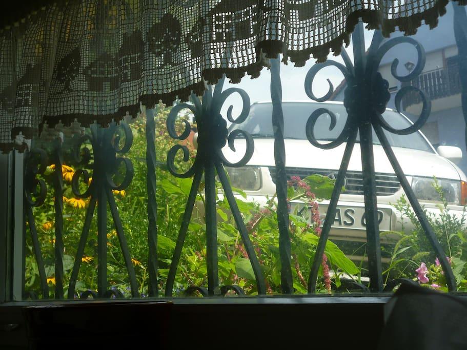 Blick aus dem Küchenfenster auf den eigenen Stellplatz