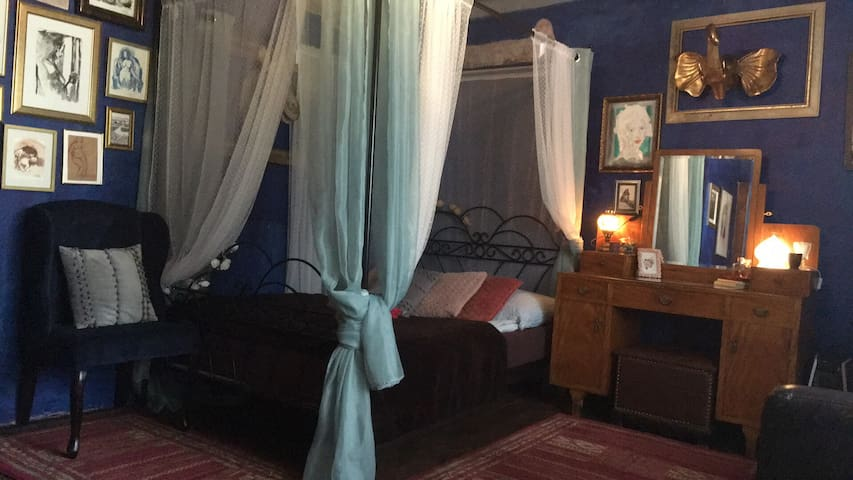 Eccentric Blue Room @ Decadent Art Club, C.Krumlov