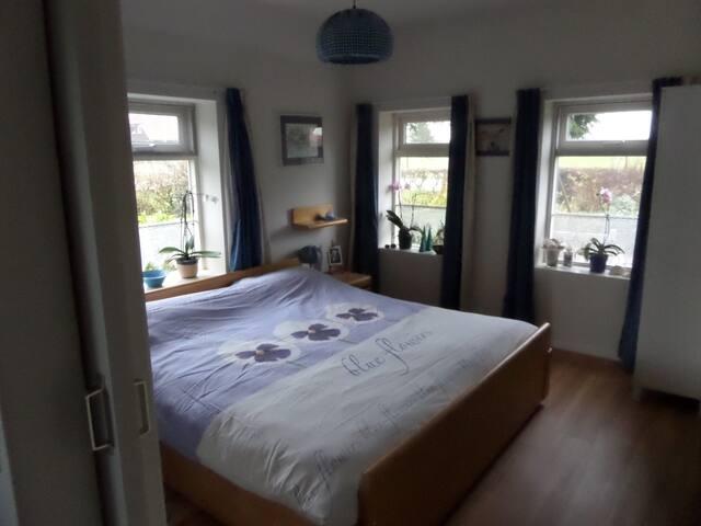 Mooie lichte slaapkamer met vloerverwarming en drempelvrij. Goed toegangkelijk voor gehandicapte. Vrij uitzicht over landerijen.