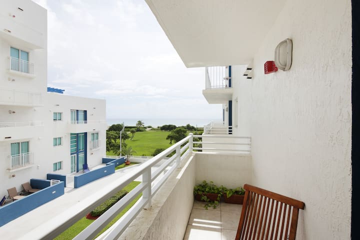 Beach front, 2 bed/2.5 bath-2 story-w/parking