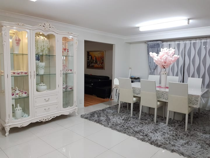 Private room in the  beautiful house at Belmore