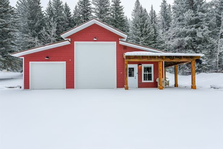 Cozy Bungalow perfect for 2-4 people with full kitchen and gas fireplace!