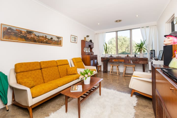 Quiet, spacious retro apartment in Northcote