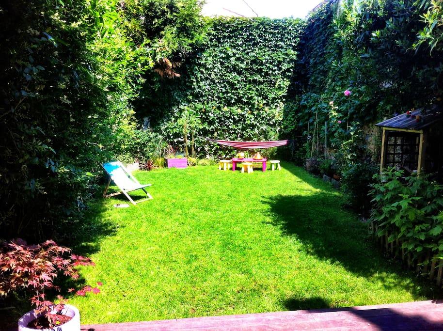 jardin avec chaise longue et hamac à 10mn du centre de Paris