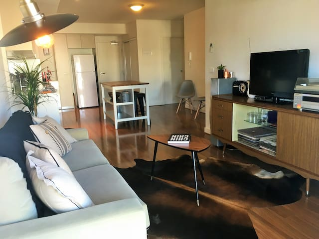 Spacious apartment, large balcony right on High St - Northcote - Apartamento