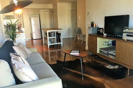 Spacious apartment, large balcony right on High St - Northcote