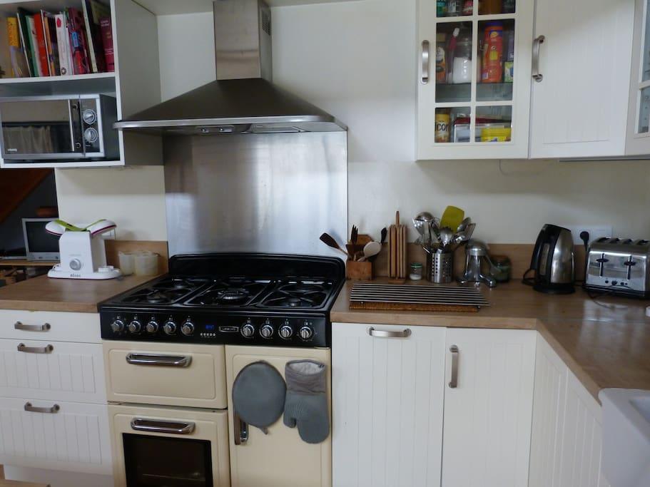 la cuisine équipée avec piano 5 feux et 2 fours plus grill
