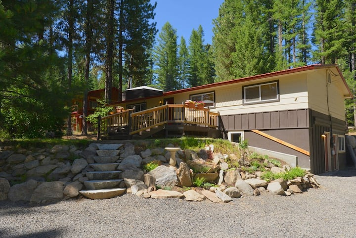 Payette River Cabin: Hot Tub, Pet Friendly, Walk to Rotary Park & Beach