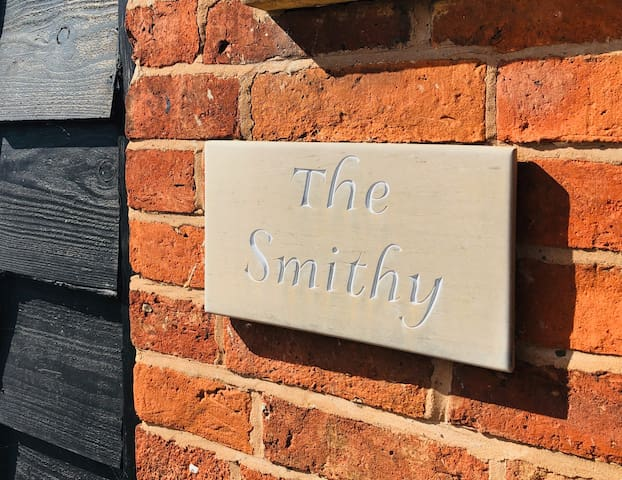 The Smithy Deluxe Family room- Hunt House Quarters