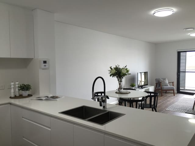 Brand New 1 Bedroom + Study Apartment with Parking - Saint Peters - Huoneisto