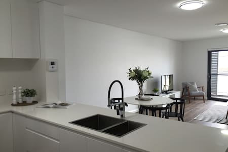 Brand New 1 Bedroom + Study Apartment with Parking - Saint Peters - 公寓