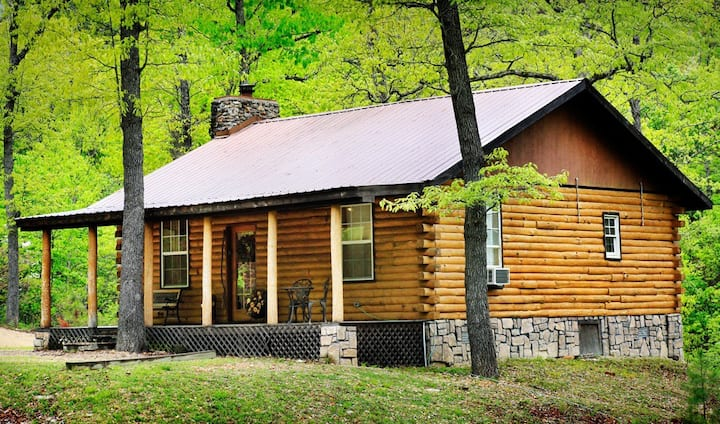 Romantic 1 bedroom secluded cabin, pet friendly.