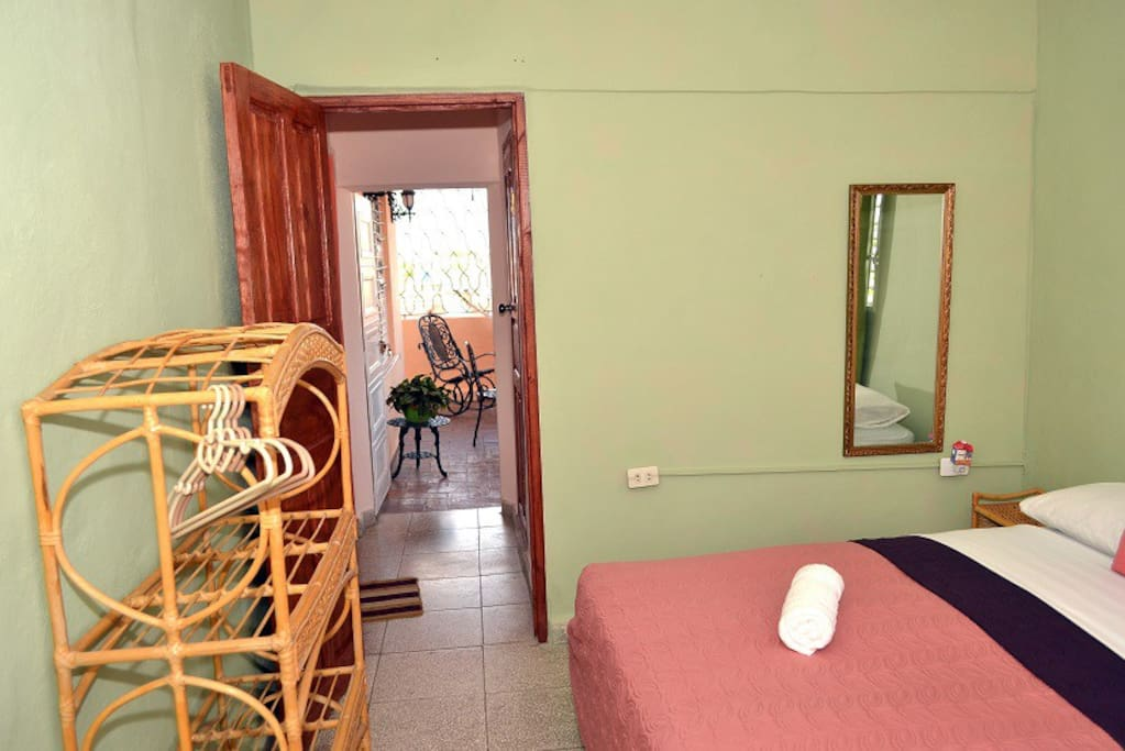 habitacion con salid a la terraza y baño