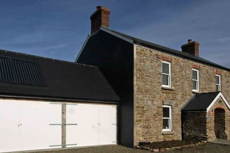 Lovingly restored coastal farmhouse - Talbenny