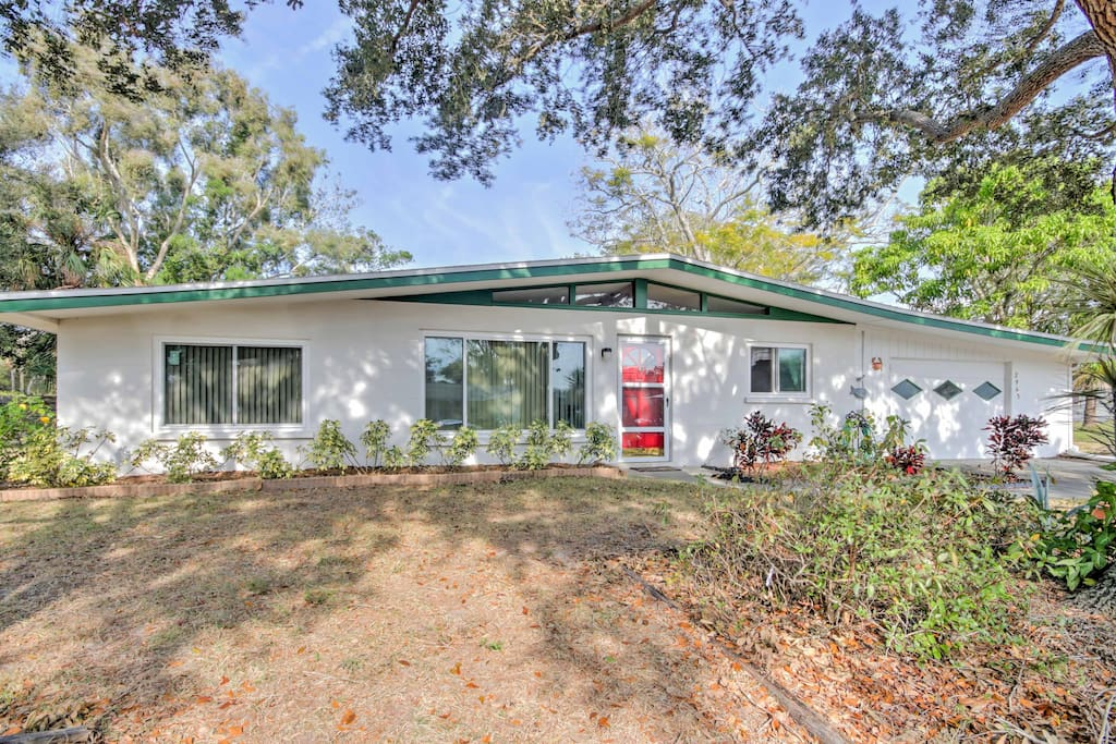 Escape to this cozy 3-bedroom, 2-bath vacation rental for your Sarasota getaway!