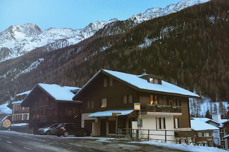 """2.5-Zimmerwohnung im """"Haus zur Post"""" - Kippel - Huoneisto"""