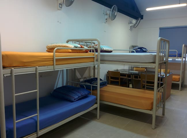 E (1 of 6 beds) Students' hostel 3 mins from NUS
