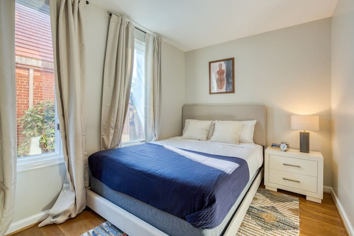 Spacious Queen Room in Georgetown