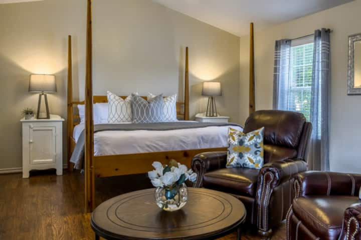 Main Street Retreat Humble Plum | King Bed | Shared Hot Tub/ Pool