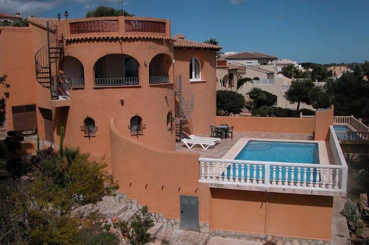 Maison avec piscine et vue sur la mer.