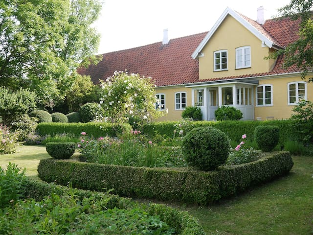 Farmhouse in fairytale garden - Borre - Bed & Breakfast