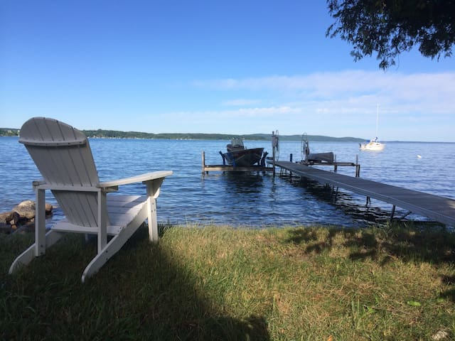 4BR overlooking Crystal Lake w/dock - Beulah