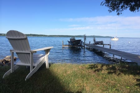 4BR overlooking Crystal Lake w/dock - Beulah - House