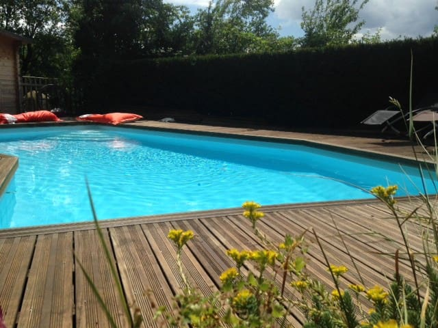 SkyLoft & piscine - Escapade Insolite en Caterham*