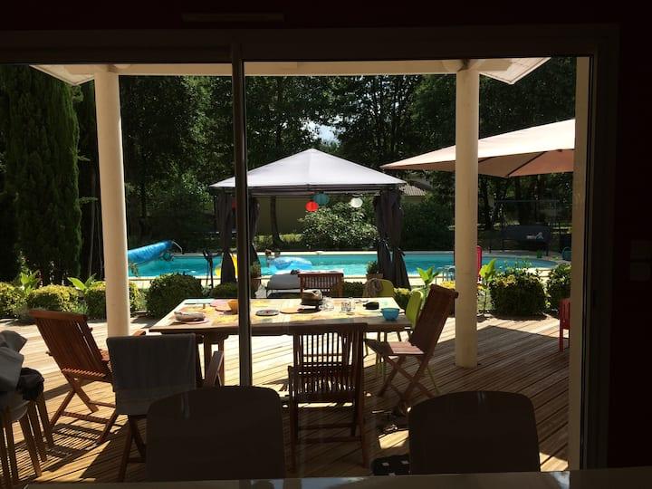 villa avec piscine quartier calme (chambre privée)