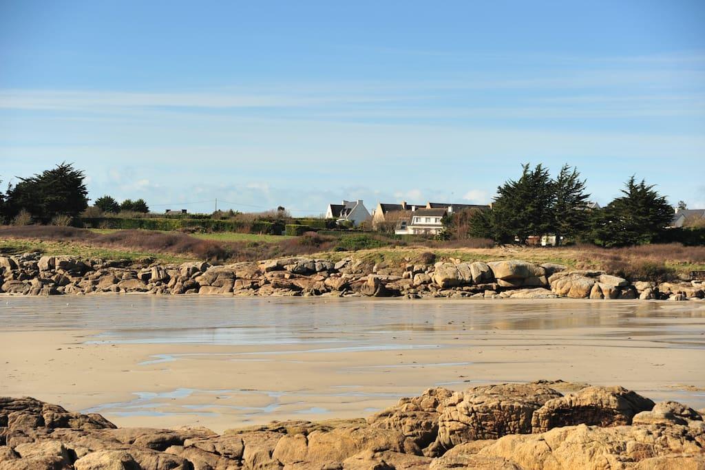 La maison vue de la plage à marée basse. Châteaux de sable et coquillages...Plage en pente très douce, ultra-secure pour les jeunes enfants (dont les nôtres un certain temps...).