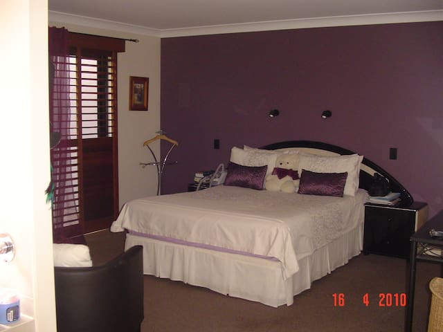 Private 30sqm suite with spa bath - Varsity Lakes - Ház