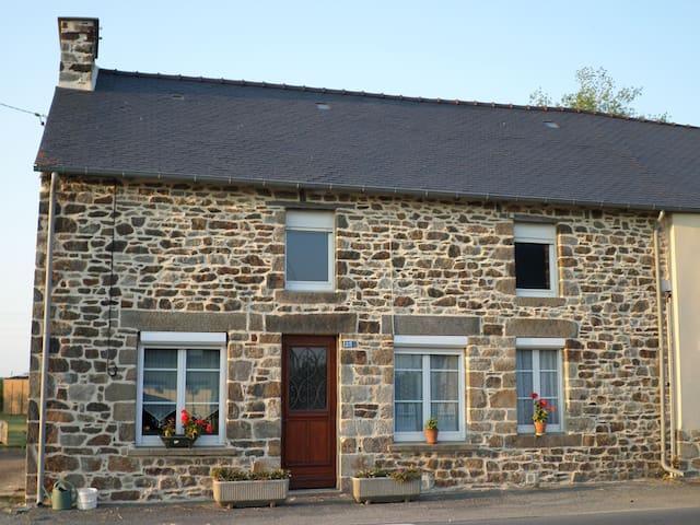 Maison ancienne en pierre . - Hirel - House